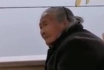 老人独自冒雨交医保被拒收现金事件